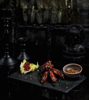 Pedaços de frango grelhado em molho teriyaki