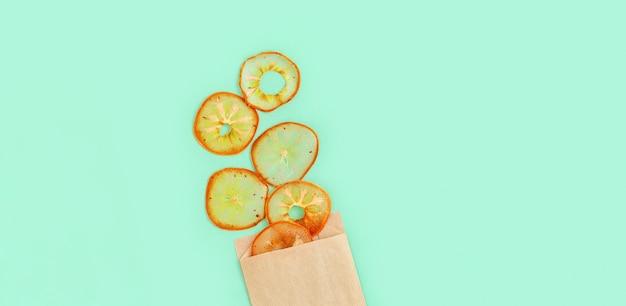Pedaços de frutas desidratadas caseiras de caqui no azul