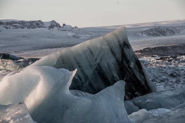 Pedaços de gelo na lagoa glacial jokulsarlon na islândia