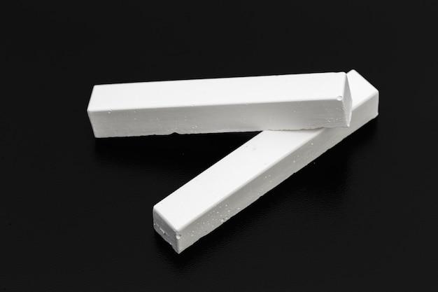 Pedaços de giz branco sobre um quadro-negro