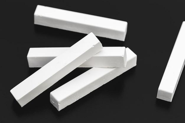 Pedaços de giz branco