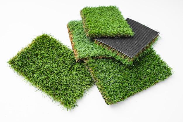 Pedaços de grama artificial verde de diferentes espessuras