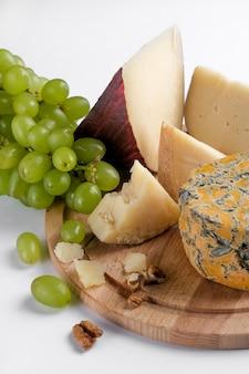 Pedaços de jugas e shropshire queijo azul em uma placa de madeira
