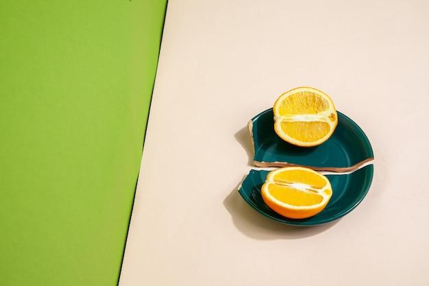 Pedaços de laranja fresca em prato quebrado