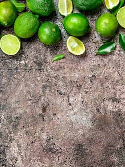 Pedaços de limão maduro e um limão inteiro fresco. em fundo rústico