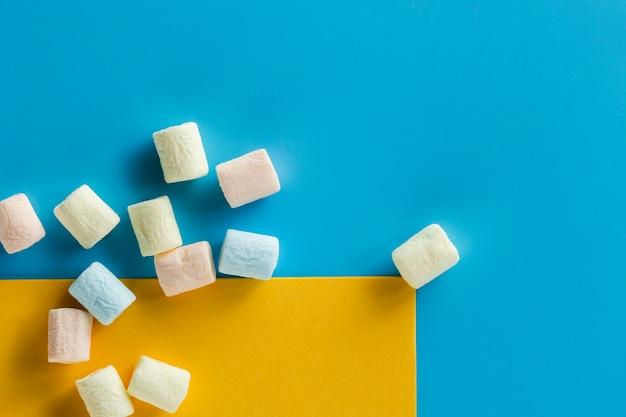 Pedaços de marshmallow na superfície azul