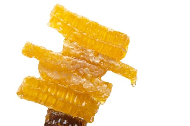 Pedaços de mel de cera de abelha em um fundo branco