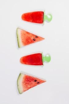 Pedaços de melancia com gelo de frutas