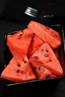 Pedaços de melancia em uma tigela preta