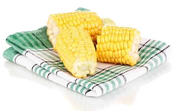 Pedaços de milho fresco em napkind no branco