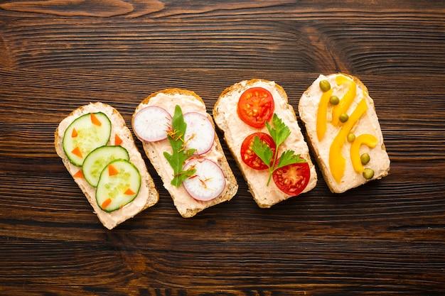 Pedaços de pão com legumes