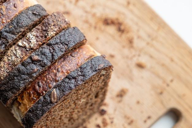 Pedaços de pão integral em uma tábua, filmado de cima