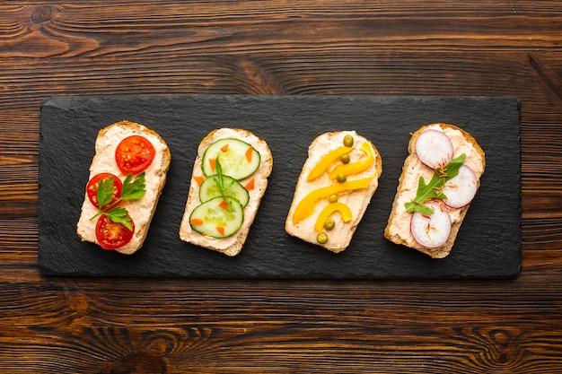 Pedaços de pão lisos com legumes