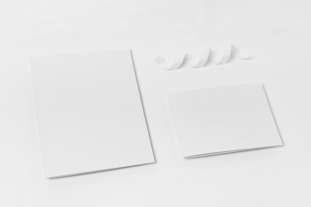Pedaços de papel brancos de vista superior