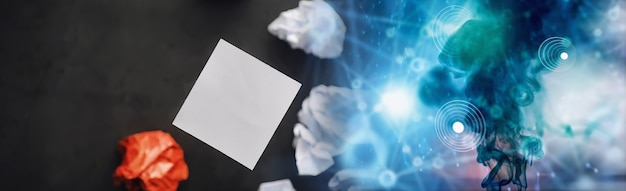 Pedaços de papel coloridos. o conceito de criatividade e a formação de ideias. pensamento criativo. papel voador.