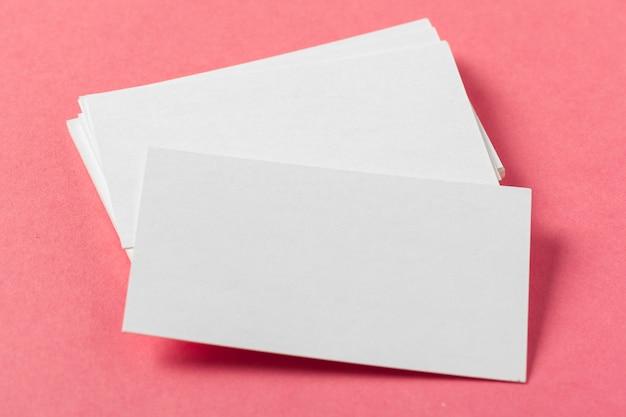 Pedaços de papel em branco em um rosa colorido