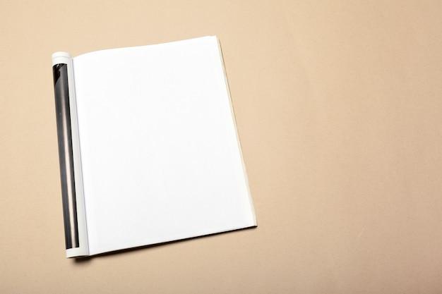 Pedaços de papel em branco no bege