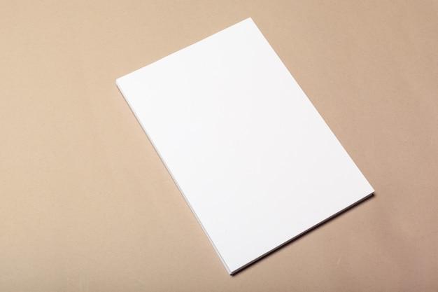Pedaços de papel em branco para mock-se em um bege