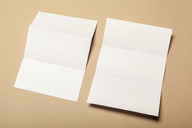 Pedaços de papel em branco para mock-se sobre um fundo bege