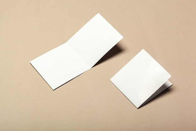 Pedaços de papel em branco para mock up em um bege