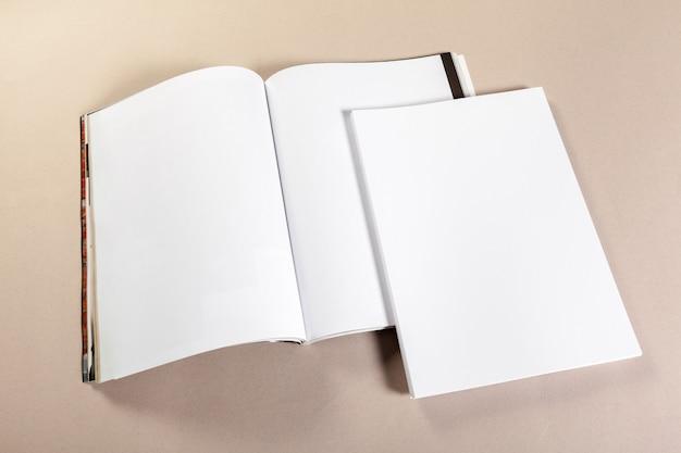 Pedaços de papel em branco sobre um fundo bege