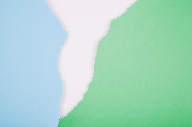 Pedaços de papel escarpado em branco