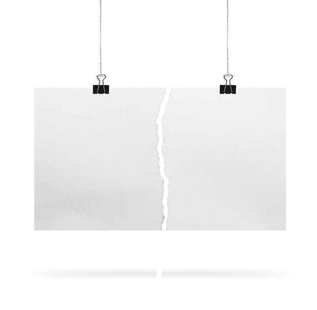 Pedaços de papel rasgado com clipe de papel