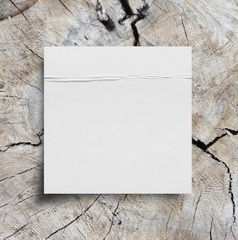 Pedaços de papel rasgado em fundo de madeira com espaço de cópia para o texto