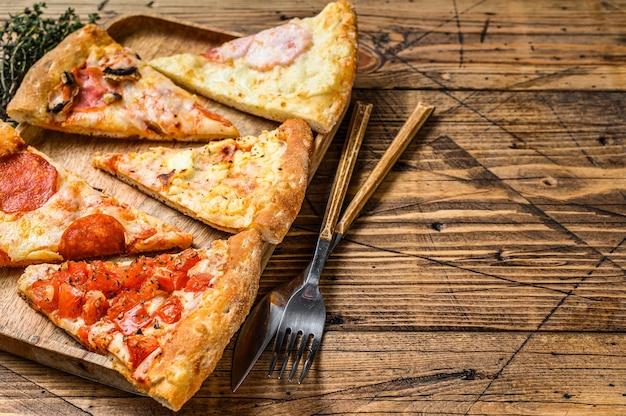Pedaços de pizza de diversos tipos