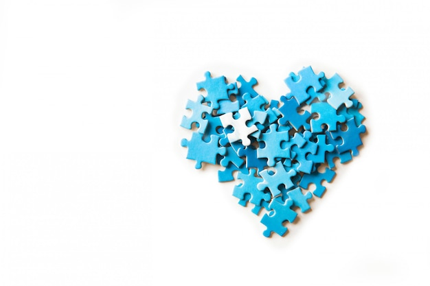 Pedaços de quebra-cabeça sobre fundo branco, forma de um coração, saúde. isolado