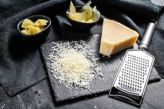 Pedaços de queijo duro parmigiano reggiano.