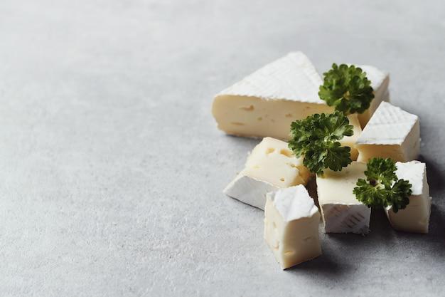 Pedaços de queijo e salsa