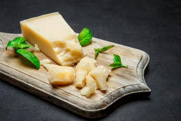 Pedaços de queijo parmesão na mesa de concreto