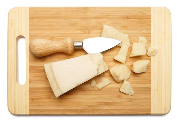 Pedaços de queijo parmesão na tábua de madeira