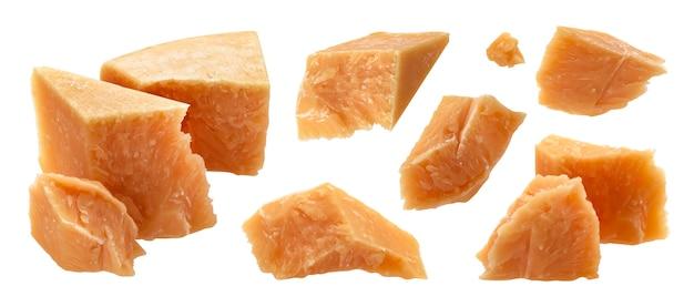 Pedaços de queijo parmesão. parmigiano isolado peças picadas e quebradas fechar sobre fundo branco. queijo duro italiano tradicional