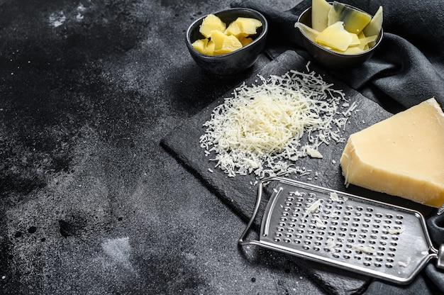 Pedaços de queijo parmigiano reggiano duro