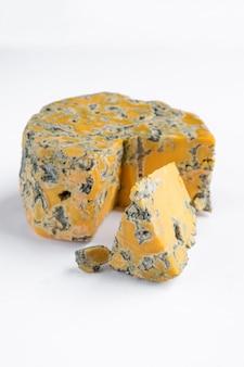 Pedaços de queijo shropshire blue em uma placa de madeira