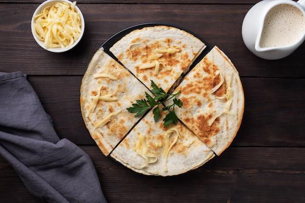 Pedaços de quesadilla com cogumelos e queijo