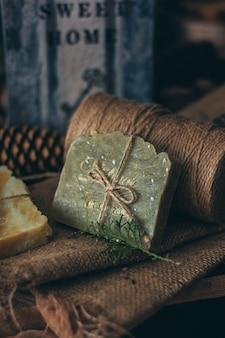 Pedaços de sabão artesanal natural bonito na mesa de madeira