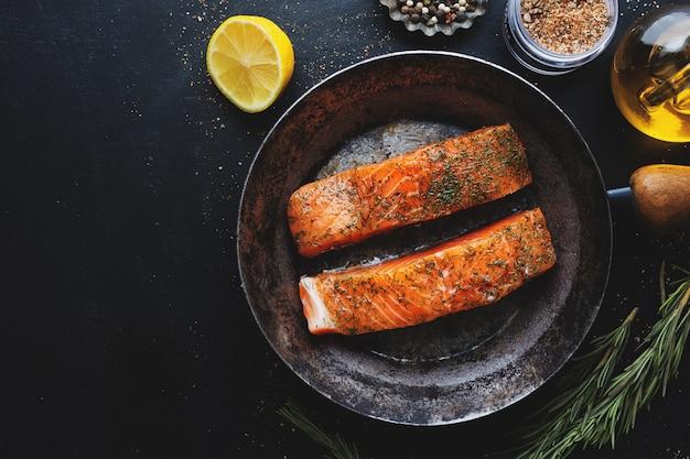 Pedaços de salmão crus com especiarias e endro na panela