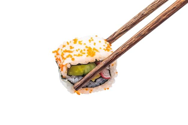 Pedaços de sushi colocados entre pauzinhos