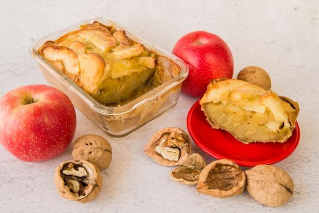 Pedaços de torta de maçã em louça na mesa