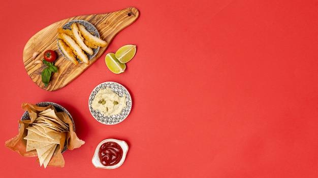Pedaços de tortilla saborosos com mergulhos e frango frito
