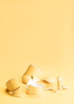 Pedaços de uma caneca amarela quebrada