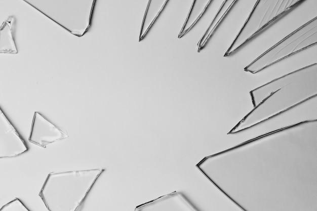 Pedaços de vidro quebrado da pilha de textura e fundo isolados no efeito branco, rachado da janela. condição de emergência.