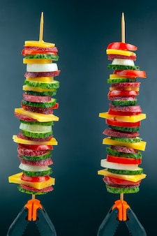 Pedaços fatiados de linguiça, salame, queijo, pepino e tomate. comida rápida. ingredientes para pizza. calorias e dieta
