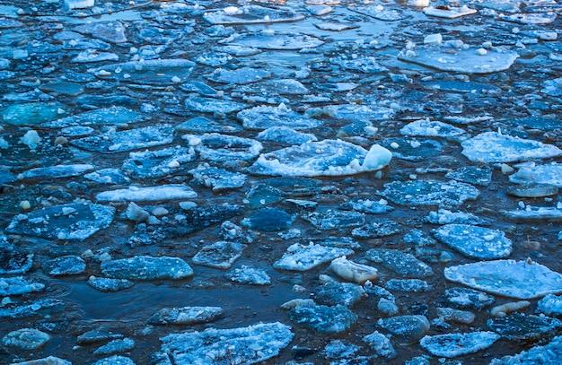 Pedaços grossos de gelo no rio no degelo do inverno