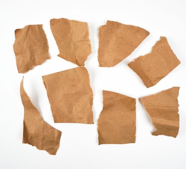 Pedaços marrons rasgados de papel de pergaminho