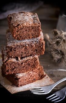 Pedaços quadrados de bolo de chocolate assados brownies