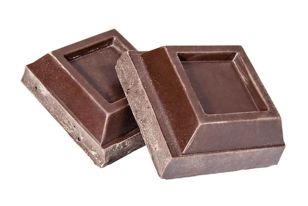 Pedaços quadrados de chocolate amargo em um fundo branco